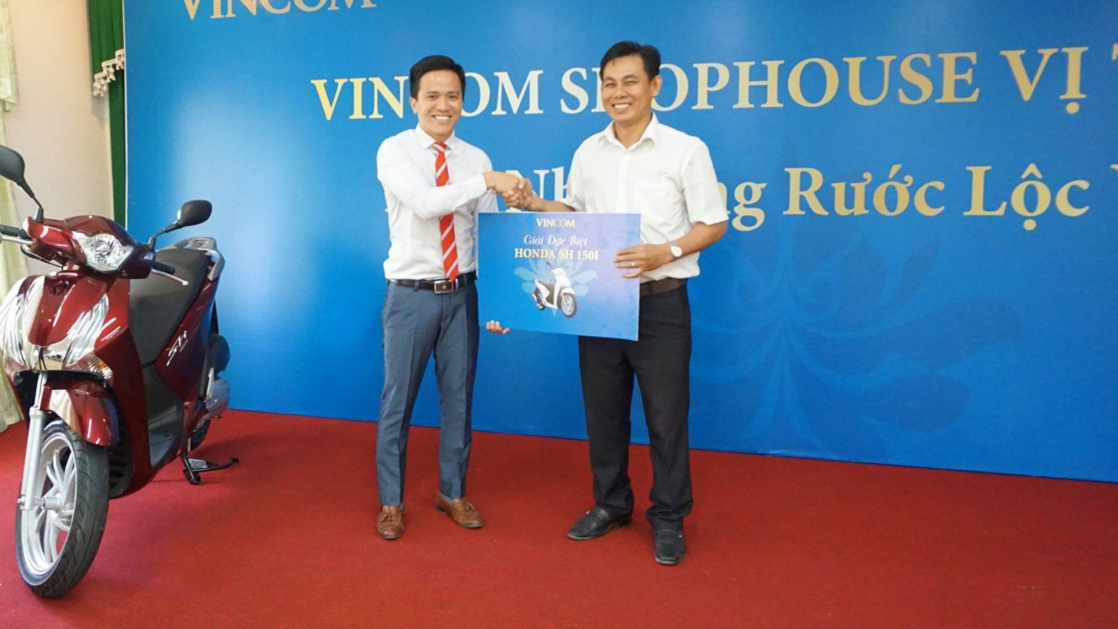 MLAND trao thưởng cho khách hàng may mắn trúng SH 150i