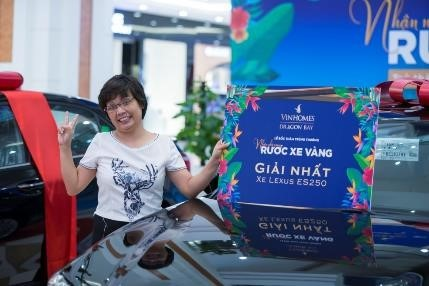 Khách hàng MLAND Vietnam nhận nhà sang rước xe vàng Lexus & Corolla Altis