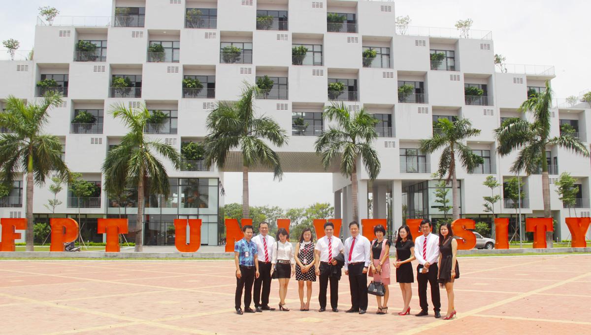 Đại diện Đại học FPT và MLAND Vietnam và Đại học FPT MLand tại khuôn viên trường.
